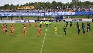 Antes da partida, jogadores prestaram homenagens às vítimas da tragédia de Santa Maria-RS. Foto: Rafael Nunes/Camboriú FC