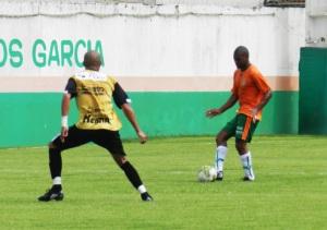 Pereira tenta o passe durante jogo-treino