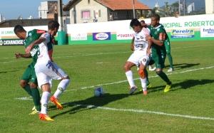 Felipe Ribeiro e Rodrigão foram derrubados no mesmo lance, mas árbitro mandou seguir. Foto: Rafael Nunes/CFC
