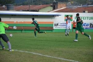 Zagueiro da Chape tirou cruzamento com a mão. Árbitro marcou o pênalti, mas voltou atrás. Foto: Rafael Nunes/CFC