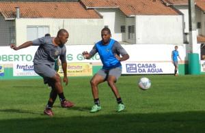 Ramon (de azul) treinou e está à disposição para o jogo de domingo