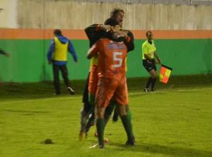Jogadores comemoram o gol de empate. Foto: Rafael Nunes/CFC