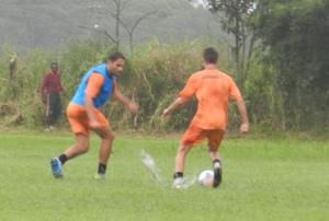 Sob chuva, jogadores treinaram nesta terça. Foto: Lucas Coppi/CFC