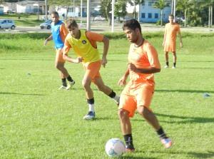 Guaru (de laranja) e Thiago (de azul) participaram do treino desta quinta. Foto: Lucas Coppi/CFC