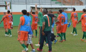 Ao fim do jogo, time agradeceu o apoio da torcida Foto: Rafael Nunes/CFC