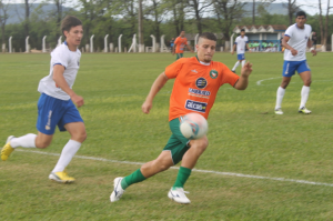 Matheus Guerreiro briga pela bola na primeira etapa